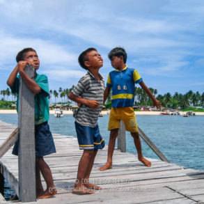 Sur le ponton de Mabul, les petits gitans de la mer accueillent les plongeurs. (Bornéo, Malaisie. Juillet 2006)