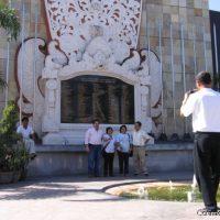 Devant le monument aux morts des attentats de 2002. (Kuta, Bali)