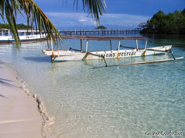 La plage du resort Island Retreat, près de Bomba, sur l'île de Batu Daka. (Archipel des Togian, Sulawesi, Indonésie)