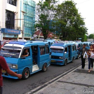 Dans les rues de Manado. Nord-Sulawesi, Indonésie. Juillet 2007.