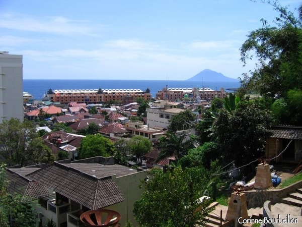 View of Manado from the Minahasa Hotel. At the bottom, the blue triangle of Manado Tua, the volcano island located just next to Bunaken.