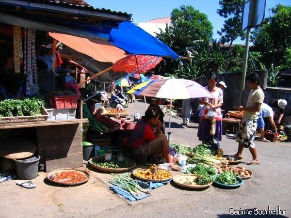 Entraperçu par la fenêtre du mikrolet, un petit bout du marché de Manado, près du terminal Karombasan.
