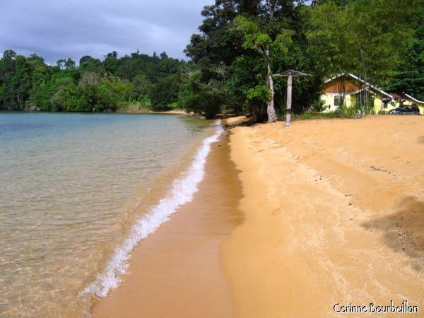 Siuri Beach, sur la rive ouest du lac Poso, entre Pendolo et Tentena. (Sulawesi, Indonésie)