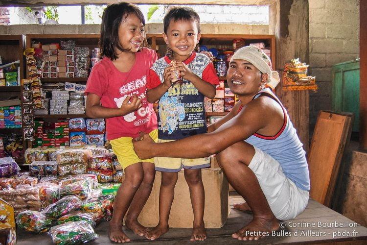 Au marché de Culik, près d'Amed, à Bali. Indonésie, juillet 2008.