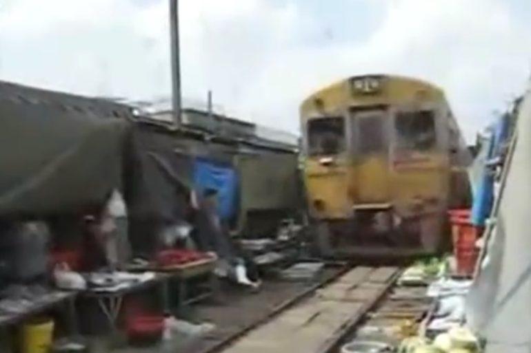 Un train au marché, Bangkok.
