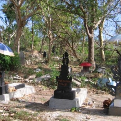 In this Balinese cemetery, the sun is beating ... even for the dead! (Nusa Lembongan, Bali, 2008.)