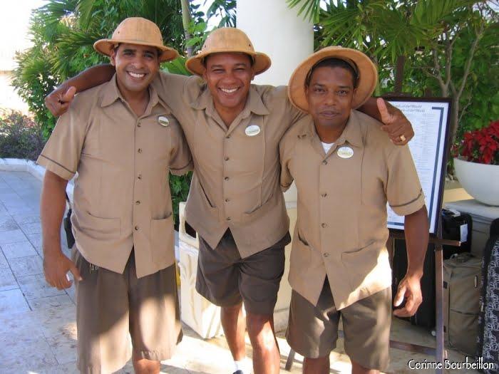 Les porteurs d'un grand hôtel prennent la pose pour moi, tout sourire, dans leur uniforme colonial. (République Dominicaine, janvier 2009)
