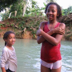 Baignade dans les eaux fraîches d'un rio, près de Las Terrenas.