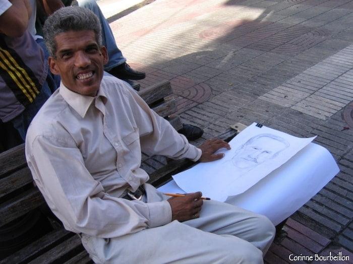 Caricaturiste pour touristes ou dessinateur du dimanche ? Calle El Conde, Saint-Domingue.