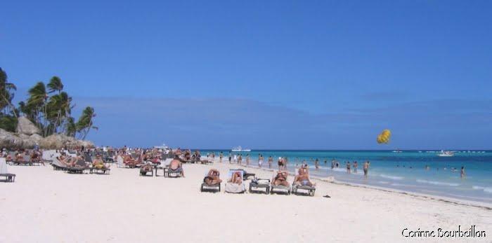 """Plage d'un grand hôtel à Punta Cana... Pas le genre de plage """"de rêve"""" selon mes critères. (République Dominicaine, janvier 2009)"""