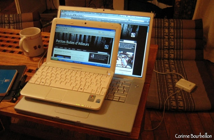 Le Medion Akoya Mini (10 pouces) posé sur le MacBook Pro (15 pouces).