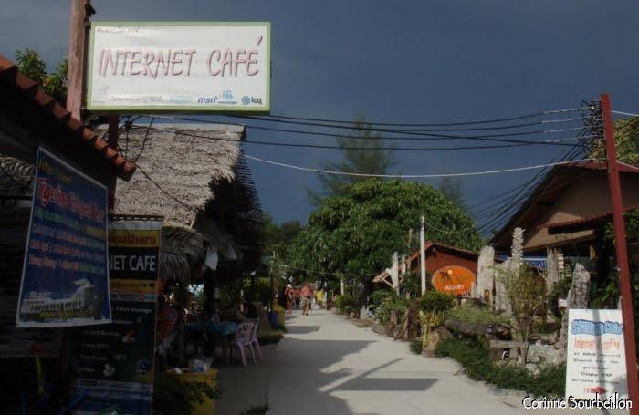 Partout des boutiques, le long du chemin en dur qui relie Sunrise et Pattaya Beach. (Koh Lipe, Thaïlande. Mars 2009.)