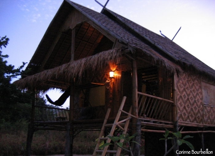 Mon immense bungalow en bambou, chez Forra Diving. Sunrise beach, Koh Lipe, Thaïlande. Mars 2009.