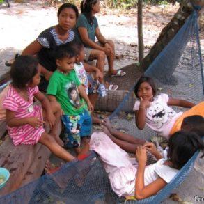 Femmes et enfants chao-ley. Koh Lipe. Thaïlande. Mars 2009.