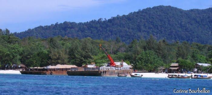 Deux grosses barges chargées de matériaux de construction ont accosté sur Pattaya Beach. Koh Lipe, Thaïlande, mars 2009.