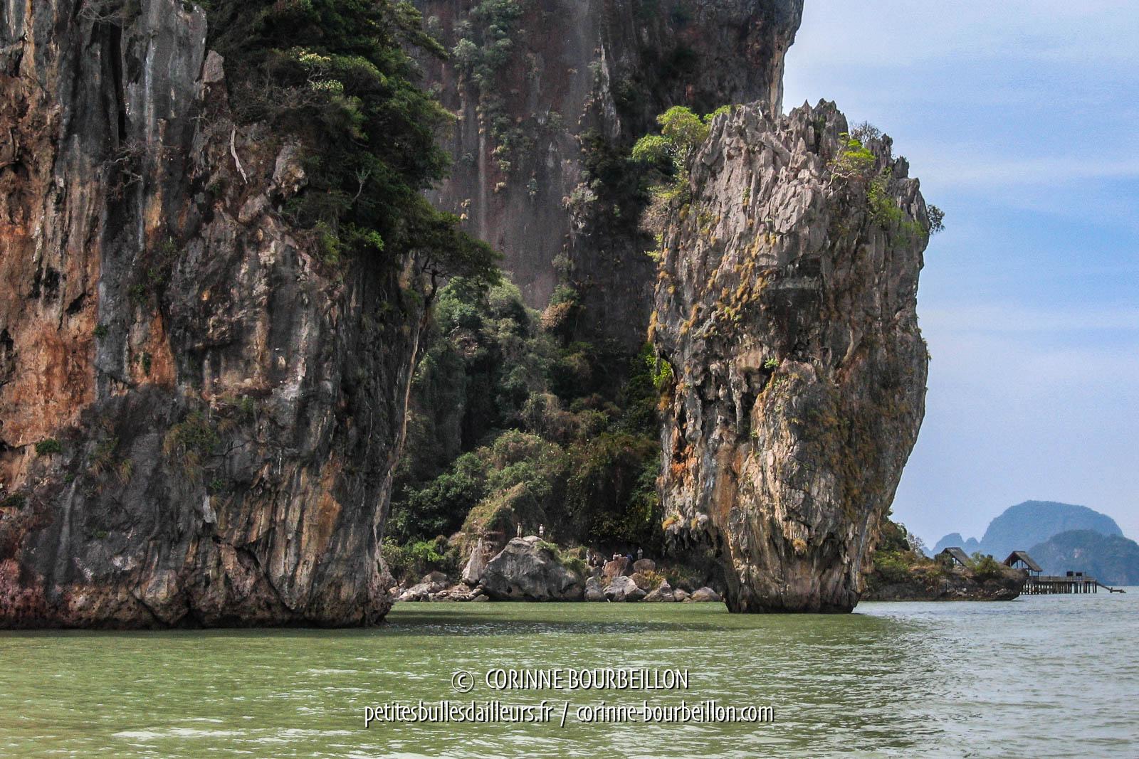 Le fameux rocher de James Bond Island, vu du large. Thaïlande, février 2009.