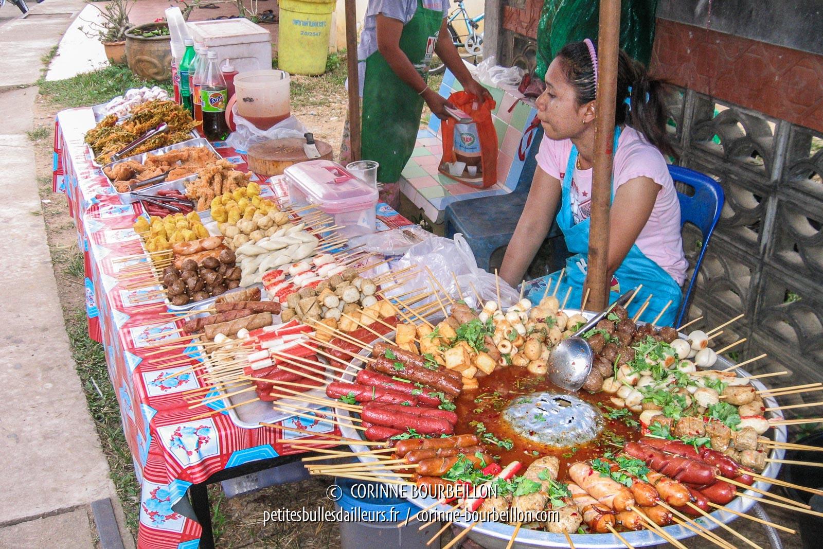 Brochettes au marché du bourg. Koh Yao Noi. Thaïlande, février 2009.