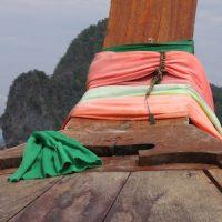 En long-tail boat dans la baie de Phang Nga, en Thaïlande.