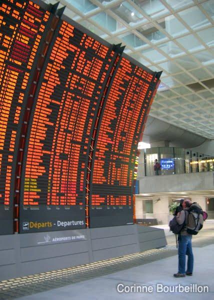 Tableau des vols à la gare TGV de l'aéroport Roissy Charles-de-Gaulle.