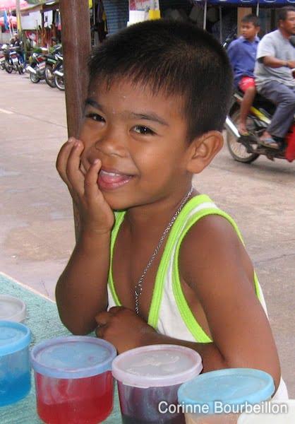 Tout sourire, le petit gars... normal, il attend son pancake plein de confiture. (Koh Yao Noi, Thaïlande, février 2009.)