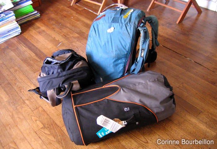 """Gros sac à dos (vert) + sac de plongée (noir) + petit sac à dos """"cabine""""."""