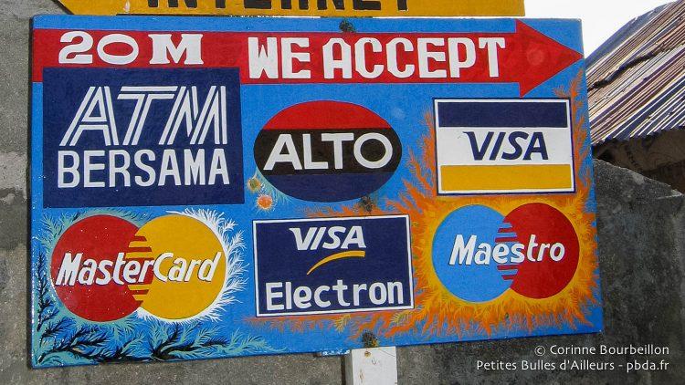 Pas de souci pour faire du cash, à Nusa Lembongan ! Bali, Indonésie, juillet 2008.