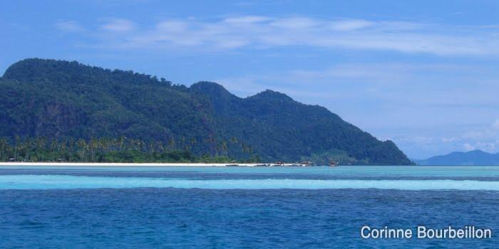 L'île de Mantabuan, au large de Semporna. Bornéo, Malaisie. (Juillet 2006)