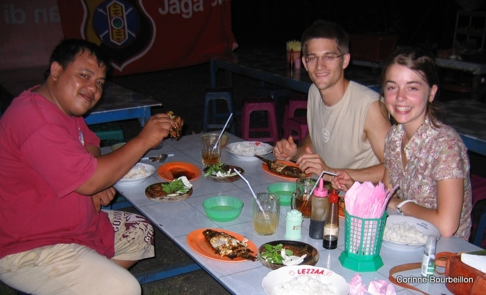 Bobby, Paul and Becky. Grilled fish in a Tarakan boui-boui (Borneo, Indonesia, July 2009).