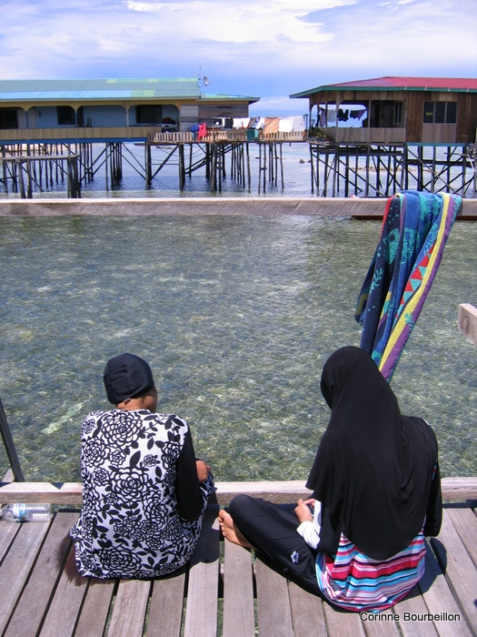 Deux Malaisiennes de Kuala Lumpur en vacances à Mabul. Malaisie, juillet 2009.