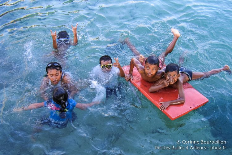 The children of Derawan play in the water near the pontoons. (Borneo, Indonesia, July 2009.)