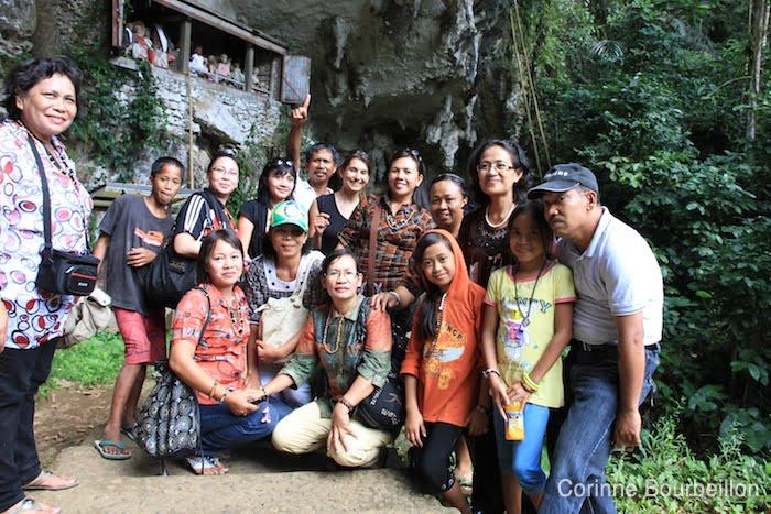 Cherchez l'intruse... Séance photo avec un groupe de touristes indonésiens, au site de Londa. Pays Toraja, Sulawesi, Indonésie. Juillet 2010.