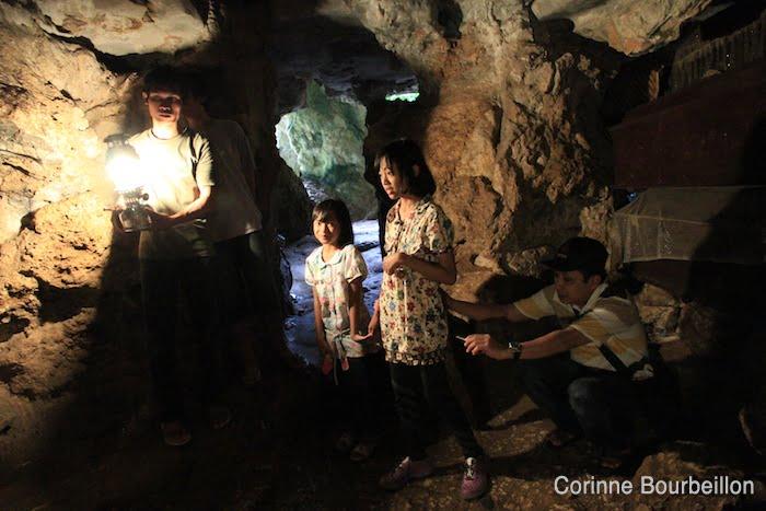 Les grottes de Londa, qui sont aussi des tombes, se visitent. Pays Toraja, Sulawesi, Indonésie. Juillet 2010.
