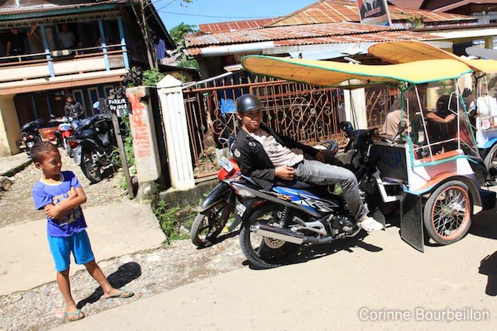 """Un conducteur de becak (prononcer """"betchak"""") attend le client dans une rue de Rantepao. Pays Toraja, Sulawesi, Indonésie, juillet 2010."""