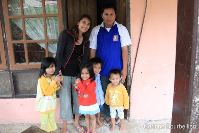 Avec le frère d'Omi et les enfants. Batutumonga, Sulawesi, Indonésie. Juillet 2010.