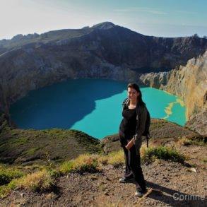 Pose photo devant les cratères du Kelimutu. (Flores, Indonésie, juillet 2011)