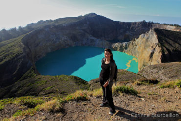 Photo pose in front of the Kelimutu craters. (Flores, Indonesia, July 2011)