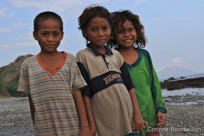 Enfants à Blue Stone Beach. Flores, Indonésie. Juillet 2011.