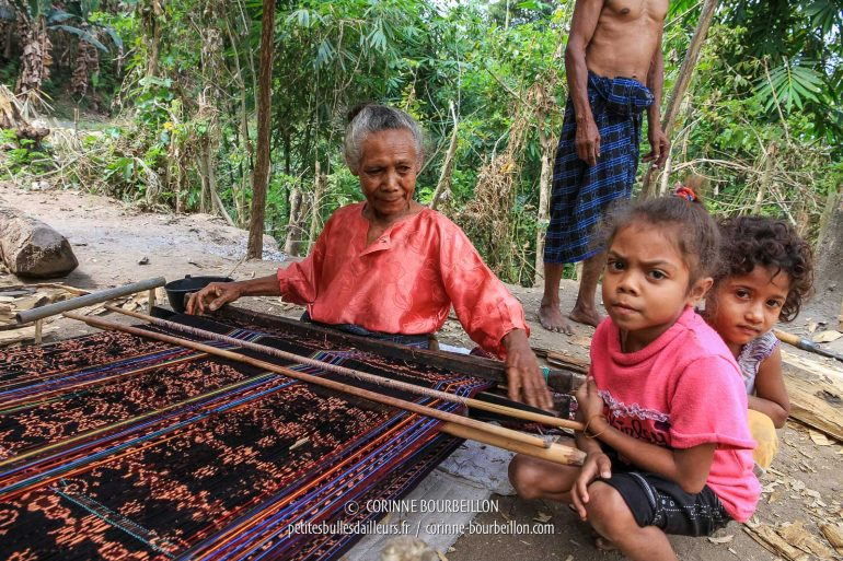 Les fillettes, intimidées, m'observent avec gravité. (Flores, Indonésie, juillet 2011)