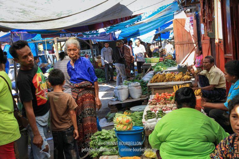 Vieille dame portant l'ikat, au marché de Maumere. (Flores, Indonésie, juillet 2011)