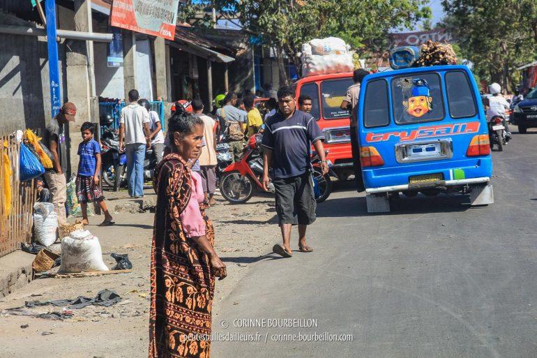 Une passante portant l'ikat dans une rue de Maumere. (Flores, Indonésie, juillet 2011)