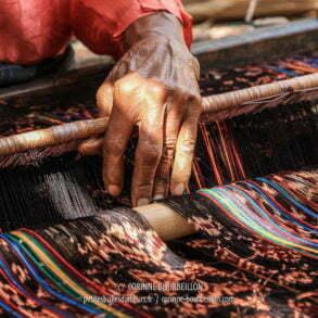 Je suis facinée par les mains de cette vieille dame aux doigts de fée. (Flores, Indonésie, juillet 2011)
