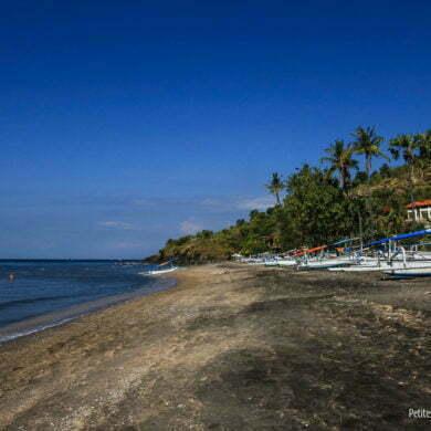 Plage de sable noir, dans la région d'Amed. (Bali, Indonésie, juillet 2011)