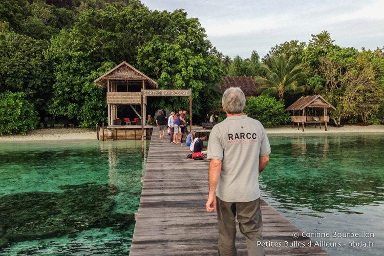 Max Ammer sur le ponton du Sorido Bay Resort. Kri Island, Raja Ampat.