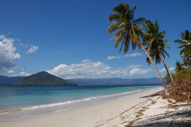 La plage de l'île de Pantar, à Alor. Indonésie, juillet 2012.