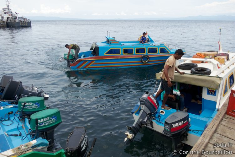 The speed boats from Ternate land baggage and passengers at the port of Sofifi. (Halmahera, North Maluku, Indonesia, March 2013.)