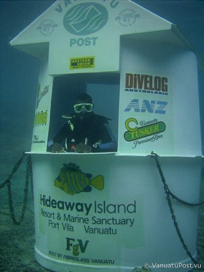 L'Underwater Post Office du Vanuatu, avec son postier-plongeur.