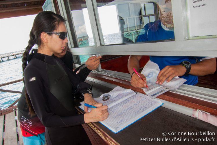 Signature du registre à Sipadan. Bornéo, Malaisie, juillet 2013.