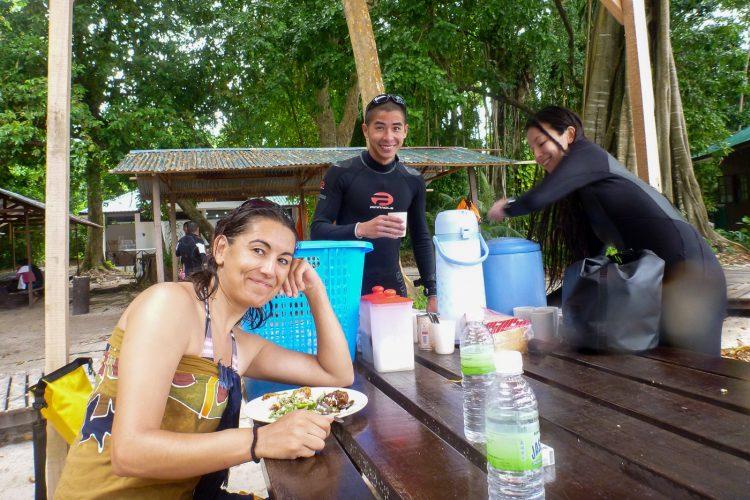 Pause-déjeuner entre deux plongées, sur Sipadan. Bornéo, Malaisie, juillet 2013.