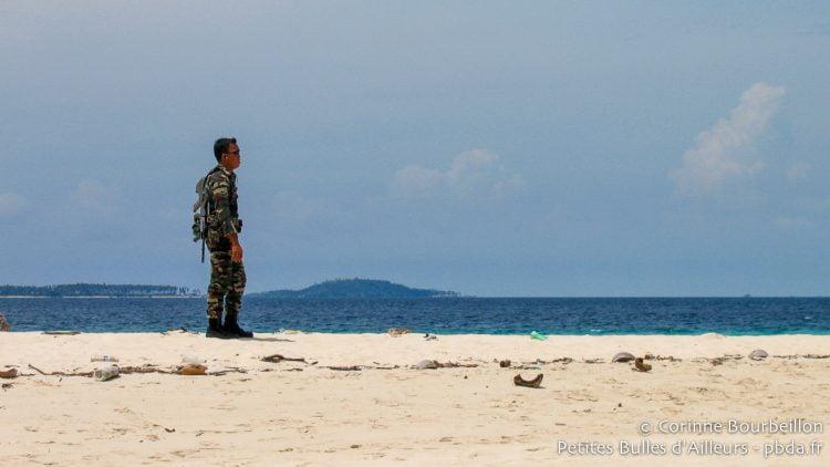 Un soldat en faction sur la petite île de Sibuan, au large de Semporna. Bornéo, Malaisie, juillet 2006.