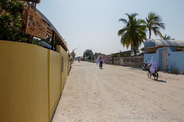 La rue de sable devant la guesthouse Asseyri Inn, sur l'île de Hanimaadhoo. Maldives, février 2014.